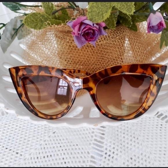 cb42754c32 Accessories - NWOT Retro tortoise shell framed cateye sunglasses